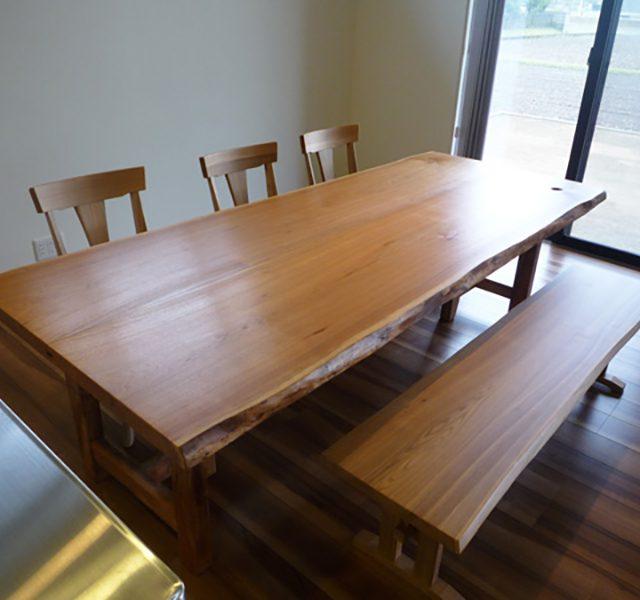 クルミの天然木テーブル