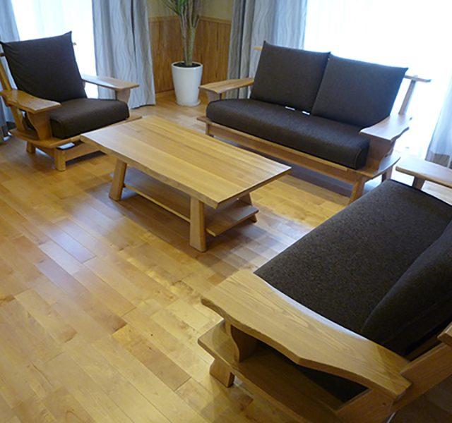 天然木 タモ材のリビングソファ