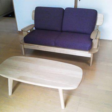 天然木ソファとリビングテーブル