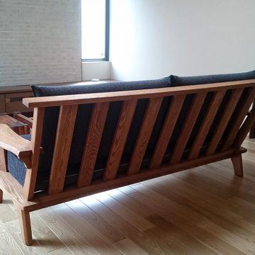 天然木タモ材のソファ こもれび