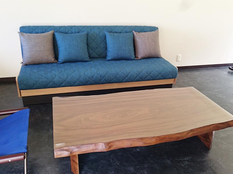 樟の一枚板テーブルとごろ寝ソファ