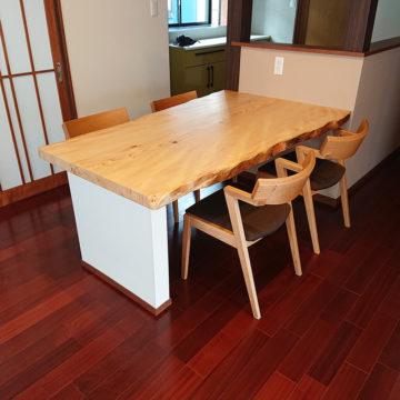 もみの一枚板テーブルとハーフアームチェア