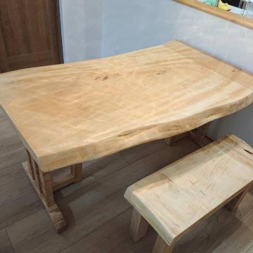 栃の一枚板ダイニングテーブルと栃の一枚板ベンチ