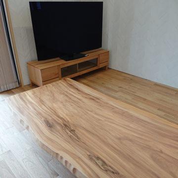 栃の一枚板テーブルとテレビボード